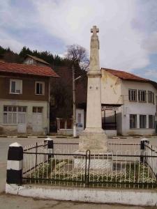 Паметникът в центъра на селото